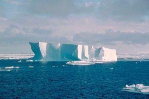 Niebezpieczna góra lodowa w kształcie promu
